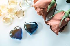 Forme de coeur de boule en verre avec les roses rouges Photographie stock