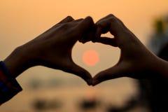Forme de coeur de coucher du soleil de signe d'amour Photographie stock libre de droits