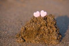 Forme de coeur de deux sables dans le sable par la mer Photo libre de droits