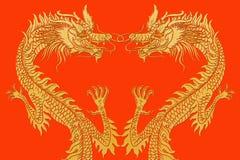 Forme de coeur de dragons sur le rouge. Image libre de droits