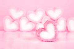 Forme de coeur de guimauve dans la tasse sur le fond rose avec amour concentré Photos libres de droits
