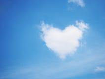 Forme de coeur de nuage au-dessus de ciel bleu clair Photo stock
