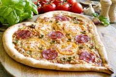 Forme de coeur de pizza avec du fromage et la tomate Photos stock