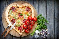 Forme de coeur de pizza avec du fromage et la tomate Images libres de droits