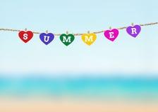 Forme de coeur de presse-papiers avec le coup de mots d'été sur la corde à linge OV Photographie stock