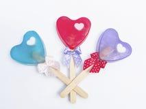 Forme de coeur de savon avec le bâton et le ruban. Image stock