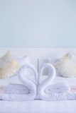Forme de coeur de serviette tordue par cygne blanc Images stock
