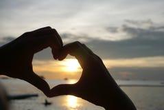 Forme de coeur de silhouette des mains humaines Images libres de droits