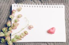 Forme de coeur de vintage sur la laine, concept d'amour de jour de valentines Images libres de droits