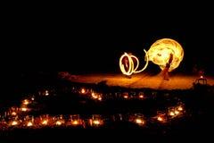Forme de coeur des bougies brûlantes au sol sur un fond de Photos stock