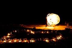 Forme de coeur des bougies brûlantes au sol sur un fond de Photo stock