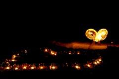 Forme de coeur des bougies brûlantes au sol sur un fond de Photographie stock libre de droits