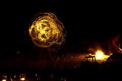 Forme de coeur des bougies brûlantes au sol sur un fond de Photo libre de droits