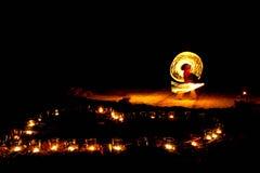 Forme de coeur des bougies brûlantes au sol sur un fond de Image stock