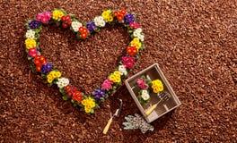 Forme de coeur des fleurs avec des outils de jardinage Photo libre de droits