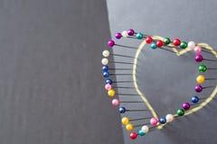 Forme de coeur des goupilles colorées Photos stock