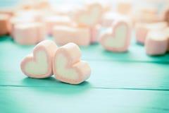 Forme de coeur des guimauves sur le fond en bois, pour l'amour et val Photos libres de droits