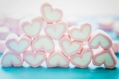 Forme de coeur des guimauves sur le fond en bois, pour l'amour et val Images libres de droits