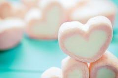 Forme de coeur des guimauves sur le fond en bois, pour l'amour et val Photo libre de droits
