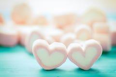 Forme de coeur des guimauves sur le fond en bois, pour l'amour et val Photographie stock libre de droits