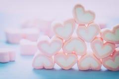 Forme de coeur des guimauves sur le fond en bois, pour l'amour et val Image stock