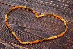 Forme de coeur des macaronis crus Photos libres de droits