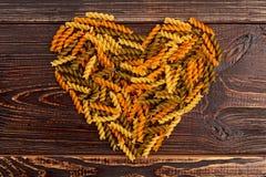 Forme de coeur des pâtes coloful de fusilli Photos stock