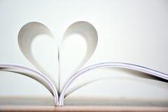 Forme de coeur des pages de livre, livre d'amour Photos stock