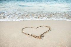 Forme de coeur dessinée en sable Photos libres de droits