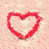 Forme de coeur dessinée sur la neige Photos stock