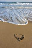 Forme de coeur dessinée sur la plage Image libre de droits