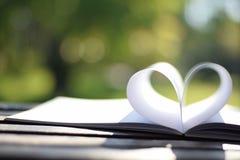 Forme de coeur du livre de papier (fond de vintage) Photos libres de droits