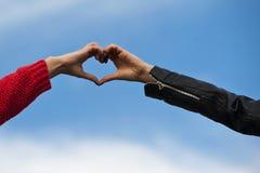 Forme de coeur effectué par les mains humaines ensemble photo stock