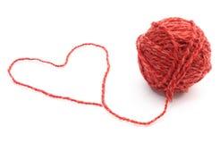 Forme de coeur et boule de laine sur le fond blanc Images stock