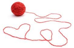 Forme de coeur et boule de laine sur le fond blanc Photographie stock