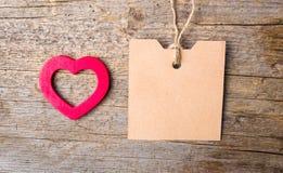 Forme de coeur et carte vide sur le fond en bois Photographie stock libre de droits