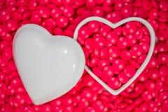 Forme de coeur et fond rouge de pilule Images libres de droits