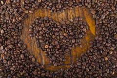 Forme de coeur et grains de café Images libres de droits