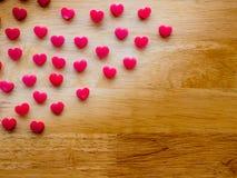 Forme de coeur faite à partir de la bougie sur la table en bois Photographie stock