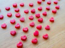 Forme de coeur faite à partir de la bougie sur la table en bois Image libre de droits