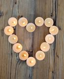 Forme de coeur faite à partir des bougies brûlantes Photographie stock