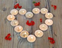 Forme de coeur faite à partir des bougies brûlantes Photographie stock libre de droits