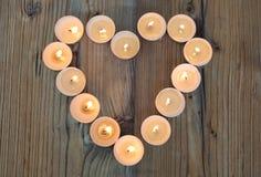 Forme de coeur faite à partir des bougies brûlantes Image libre de droits