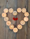 Forme de coeur faite à partir des bougies brûlantes Images stock