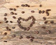 Forme de coeur faite à partir des grains de café Photographie stock