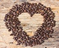 Forme de coeur faite à partir des grains de café Image libre de droits