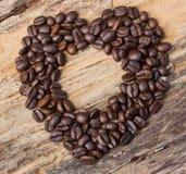 Forme de coeur faite à partir des grains de café Images stock