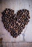 Forme de coeur faite à partir des grains de café Photographie stock libre de droits