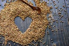 Forme de coeur faite à partir des grains de sarrasin images stock