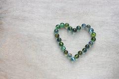 Forme de coeur faite à partir des marbres. concept de jour de valentines ou concept de mariage. pièce pour le texte. Photographie stock libre de droits